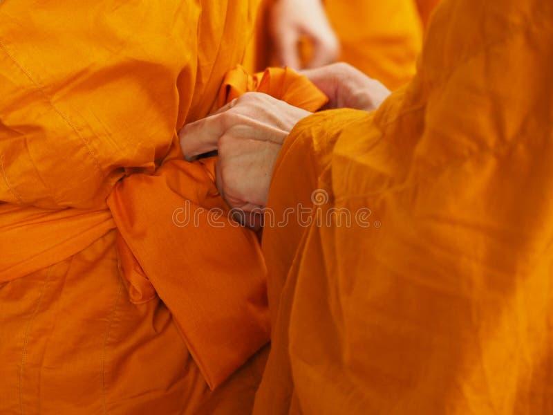 有和尚黄色长袍的佛教新手泰国  免版税图库摄影