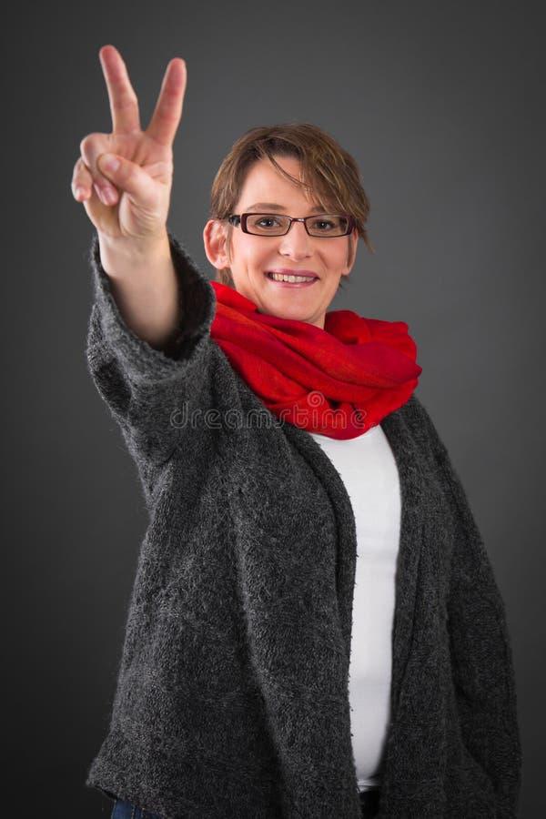 有和平标志的妇女 免版税库存照片