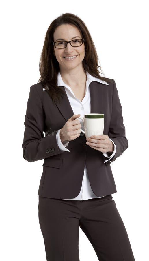 有咖啡杯的俏丽的女商人 免版税库存图片