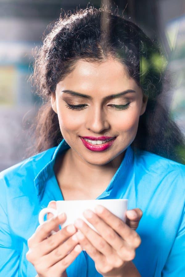 有咖啡杯的印地安妇女 图库摄影