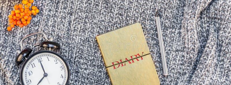 有咖啡杯的家庭工作场所在被编织的格子花呢披肩 免版税库存图片