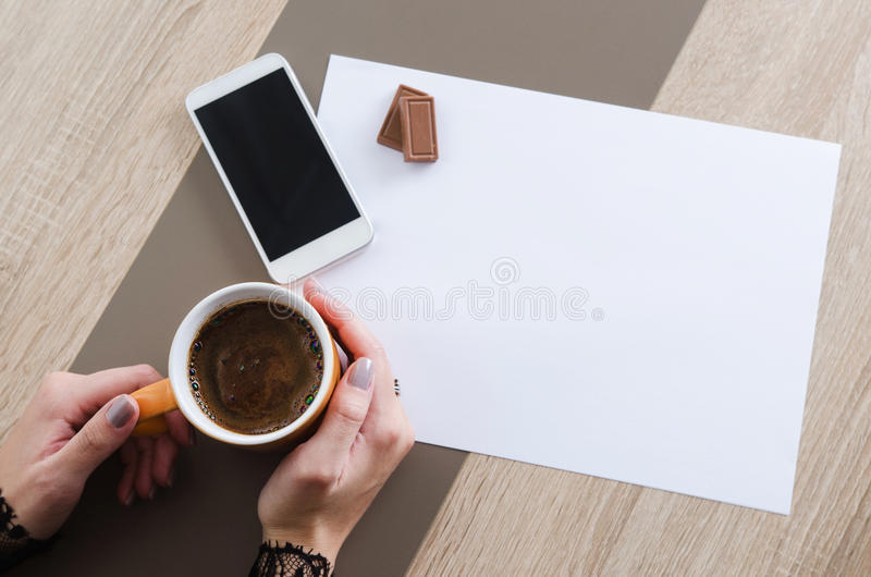 Download 有咖啡的手、巧克力、电话和白皮书 库存图片. 图片 包括有 文件, 咖啡, 背包, 纸张, 文书工作, 现有量 - 72368017
