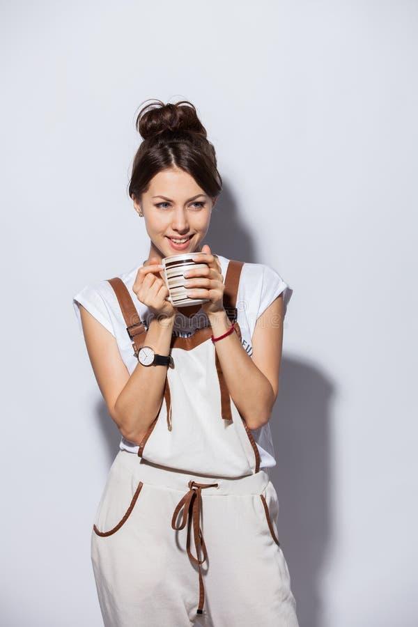 有咖啡的美丽的少妇,隔绝在白色 免版税库存图片