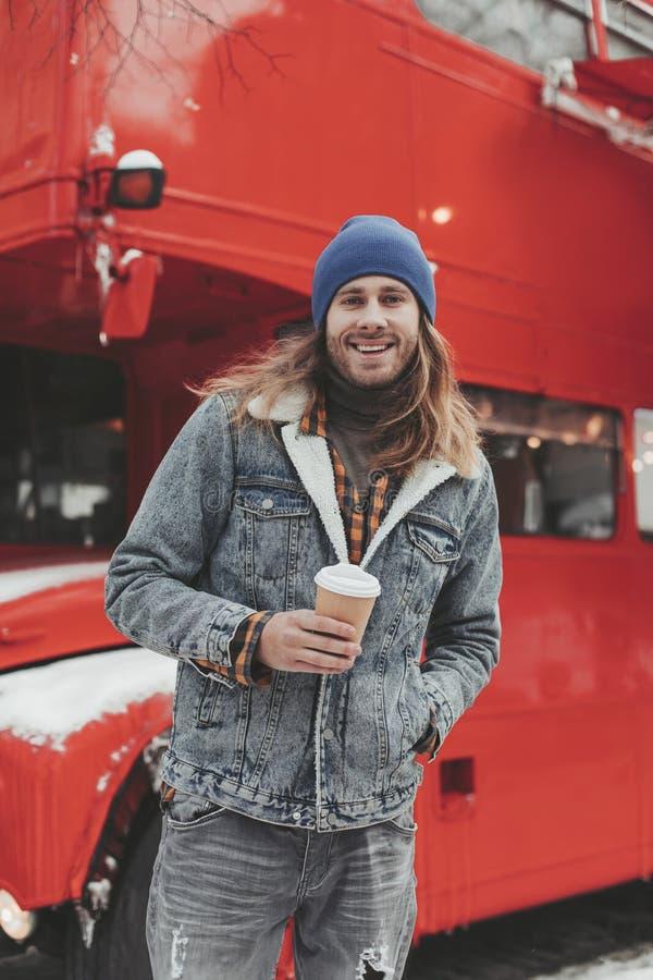 有咖啡的行家人在冬天街道上的 免版税图库摄影