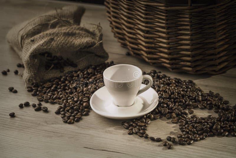 有咖啡袋的咖啡杯在木桌上 库存照片