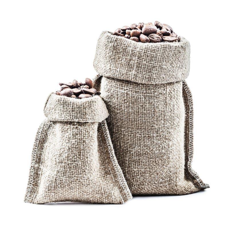 有咖啡豆的两个经典粗麻布大袋隔绝了白色 库存图片