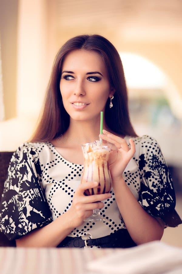 有咖啡Frappe饮料的微笑的妇女在餐馆 图库摄影
