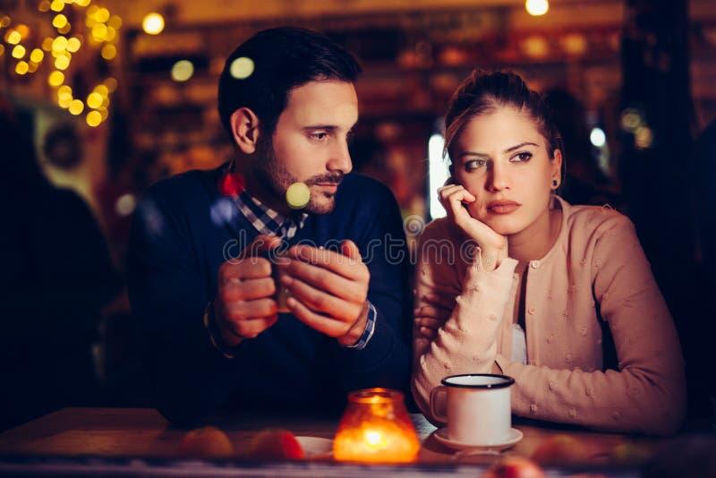 有哀伤的夫妇冲突和关系问题 免版税库存图片