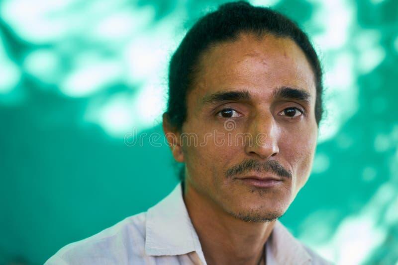 有哀伤的担心的面孔表示的沮丧的年轻拉丁美州的人 库存照片