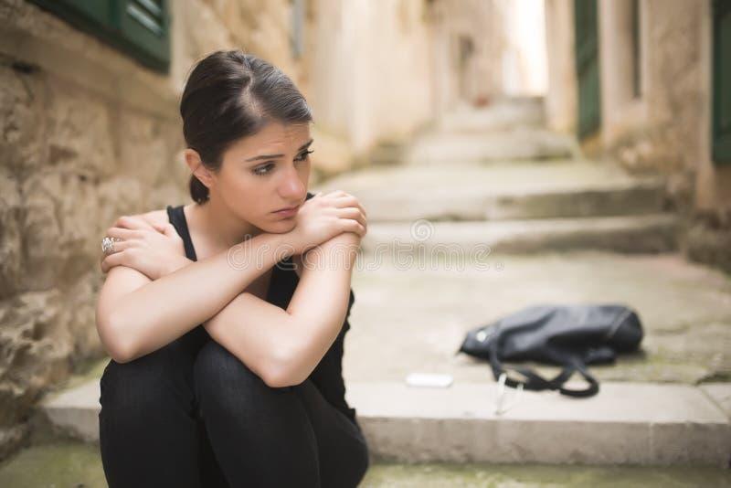 有哀伤面孔哭泣的妇女 哀伤的表示,哀伤的情感,绝望,悲伤 情志过极和痛苦的妇女 妇女单独坐Th