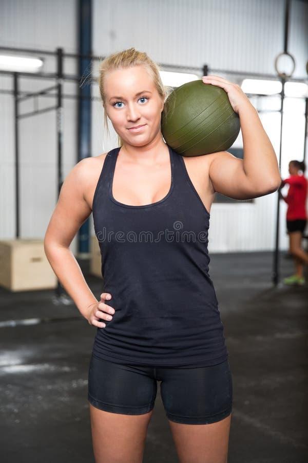 有响声球的妇女在健身健身房中心 免版税库存图片
