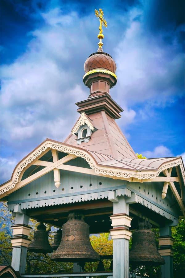 有响铃的教会和在圆顶的一个十字架 库存照片