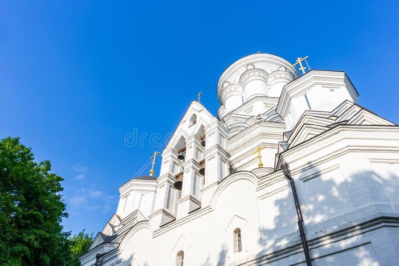 有响铃的白色砖教会 底视图 库存照片