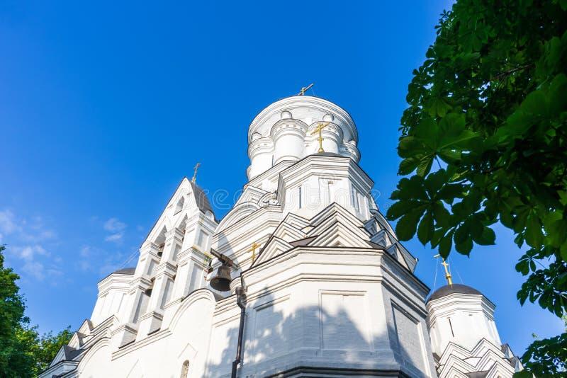 有响铃的白色砖教会 底视图 免版税图库摄影