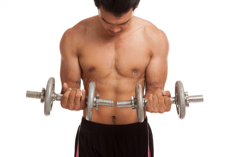 有哑铃的肌肉亚裔人 免版税库存图片