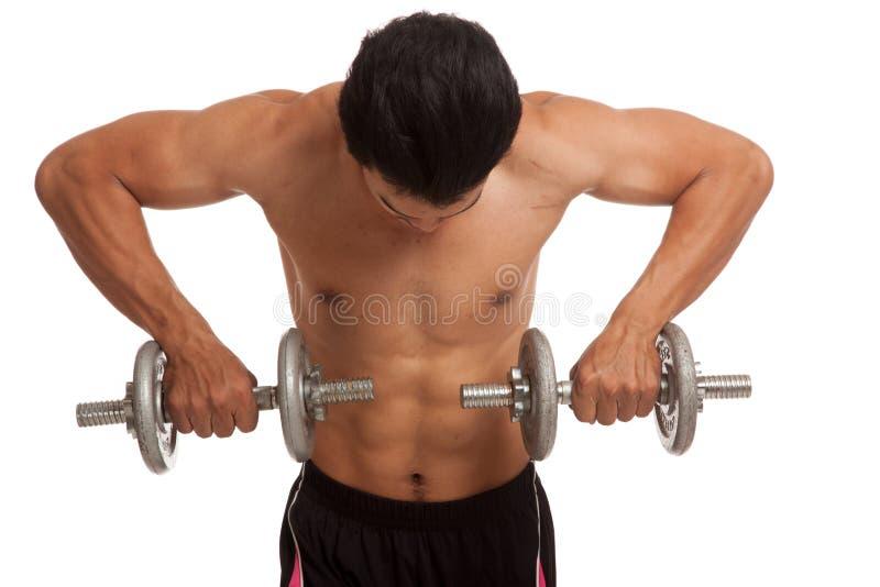 有哑铃的肌肉亚裔人 免版税图库摄影