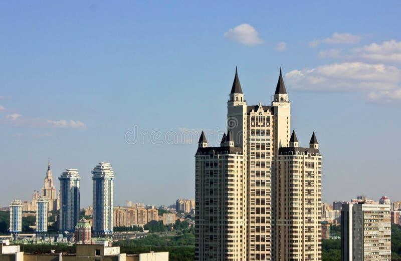 有哥特式塔的摩天大楼 免版税图库摄影