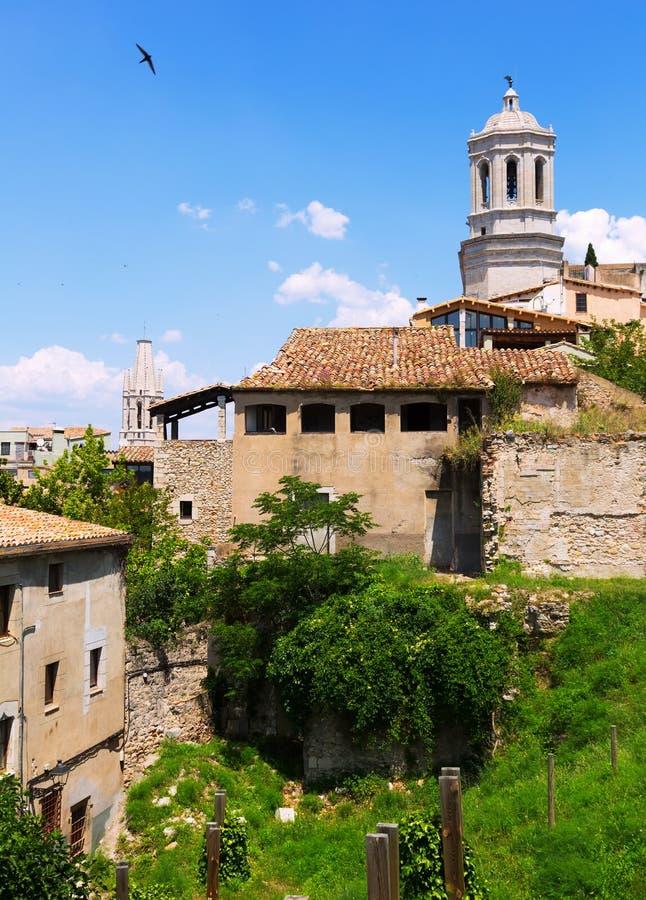 有哥特式大教堂钟楼的老希罗纳图片
