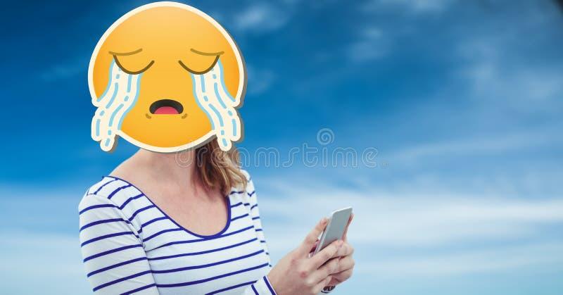 有哭泣的emoji的妇女在发短信在巧妙的电话的面孔 皇族释放例证