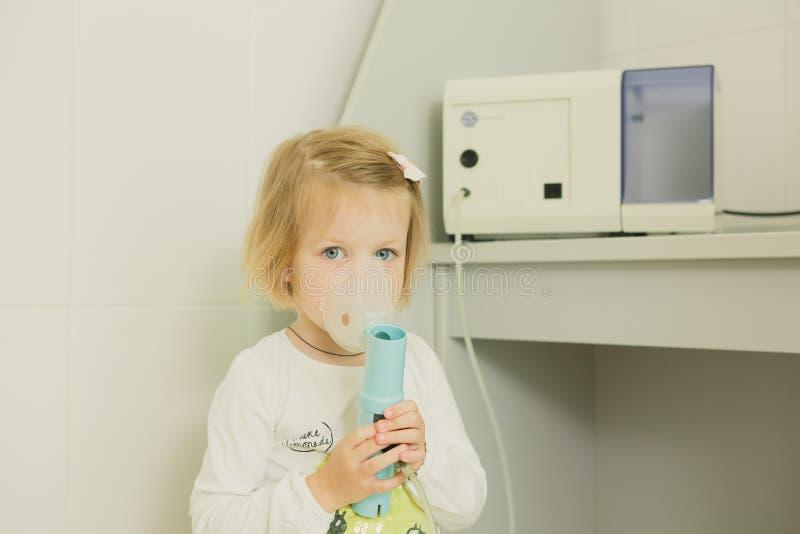 有哮喘吸入器的女孩 库存照片