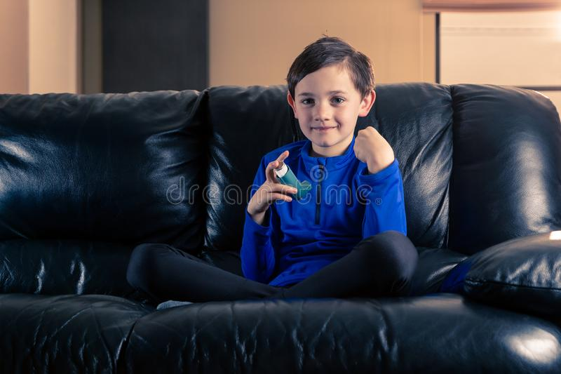 有哮喘吸入器的小男孩 免版税库存图片