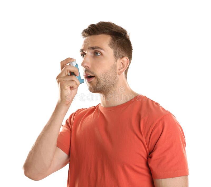 有哮喘的年轻人使用吸入器 库存照片