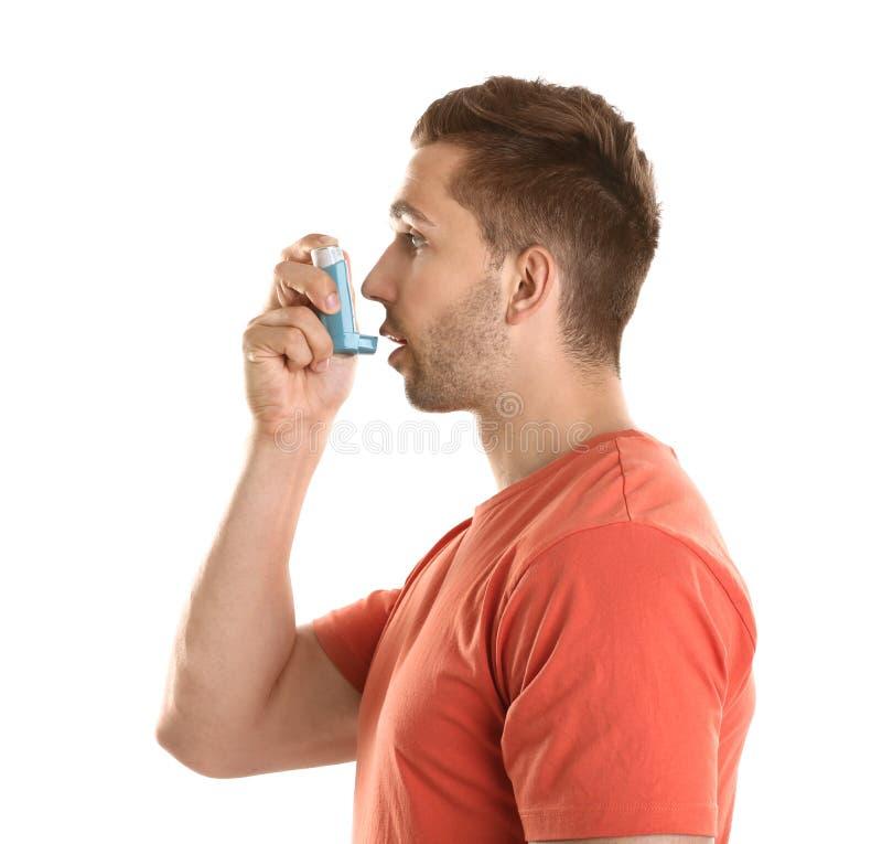 有哮喘的年轻人使用吸入器 图库摄影