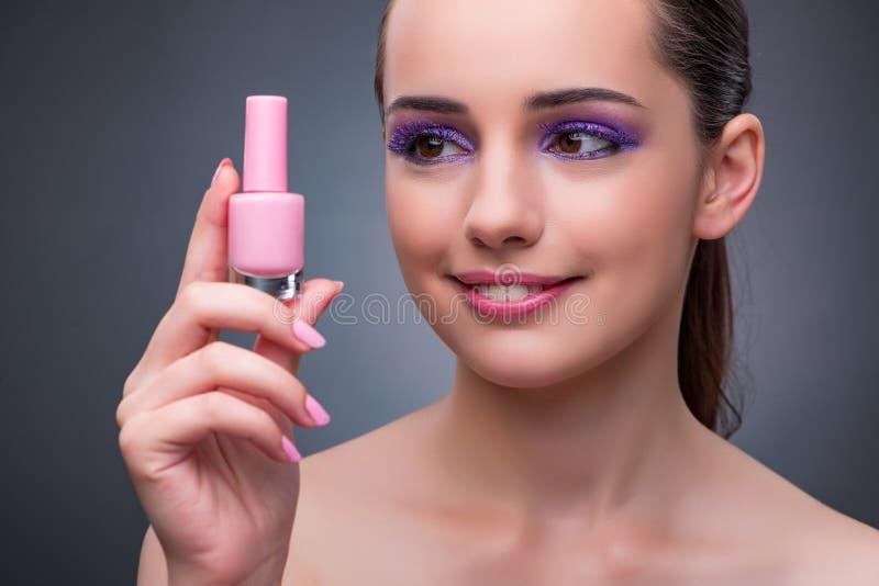 有唇膏的少妇在好漂亮的东西或人概念 免版税库存照片