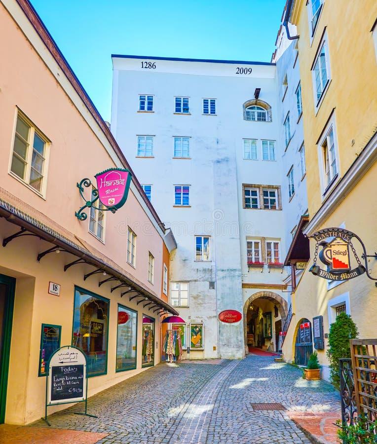 有商店和餐馆的,萨尔茨堡,奥地利小内在庭院 免版税图库摄影