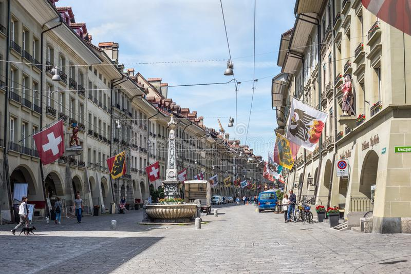 有商店地区的在历史的老medie的街道和喷泉 免版税库存照片