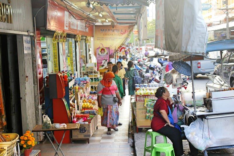 有商店的亚洲街道和一个市场在泰国宋卡 免版税库存照片