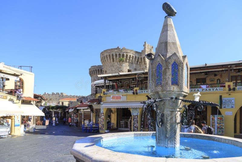 有商店的希波克拉底广场在罗得岛,希腊老城堡镇地区  免版税库存照片