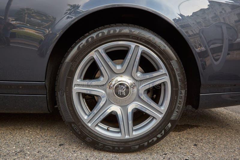 有商标的劳斯莱斯豪华汽车银色轮子和固特异轮胎在一个夏日在蒙特卡洛,摩纳哥 库存照片