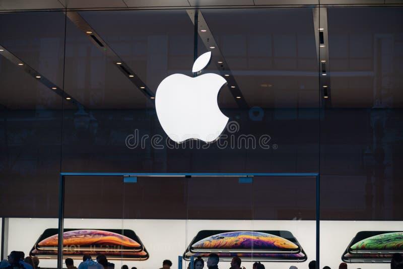 有商标的苹果计算机商店 免版税图库摄影