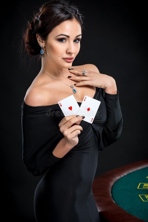 有啤牌卡片的性感的妇女 库存图片