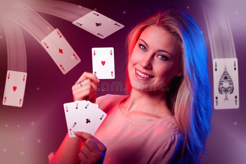 有啤牌的美丽的白种人妇女在赌博娱乐场拟订赌博 免版税库存图片