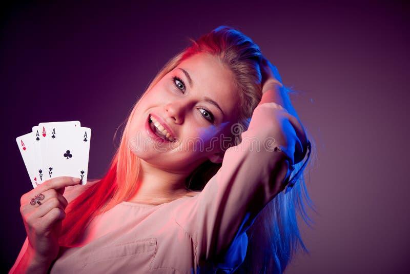 有啤牌的美丽的白种人妇女在赌博娱乐场拟订赌博 库存图片