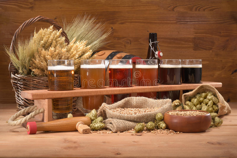 有啤酒杯的啤酒条板箱 图库摄影