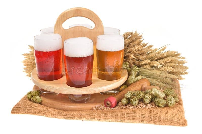 有啤酒杯的啤酒条板箱 免版税图库摄影