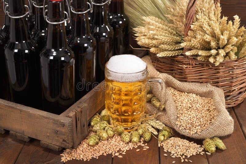 有啤酒杯的啤酒条板箱 免版税库存照片