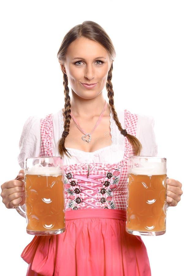 有啤酒杯的德国或巴法力亚女服务员 库存图片