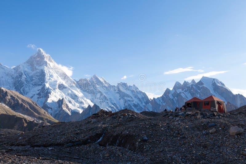 有喀喇昆仑山脉范围的美丽的露营地在背景中 免版税图库摄影