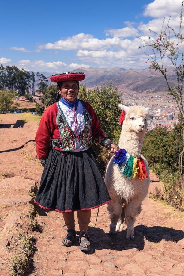 有喇嘛的秘鲁妇女在库斯科 库存照片