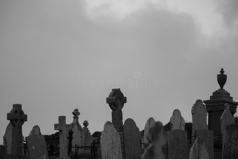 有喜怒无常的多云天空的凯尔特墓碑 库存照片
