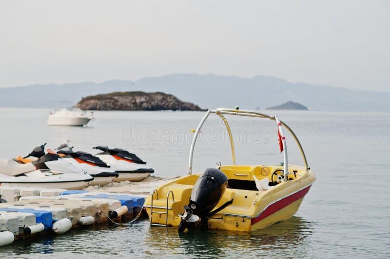 有喷气机滑雪的黄色汽船在博德鲁姆,土耳其镇静蓝色海  库存照片