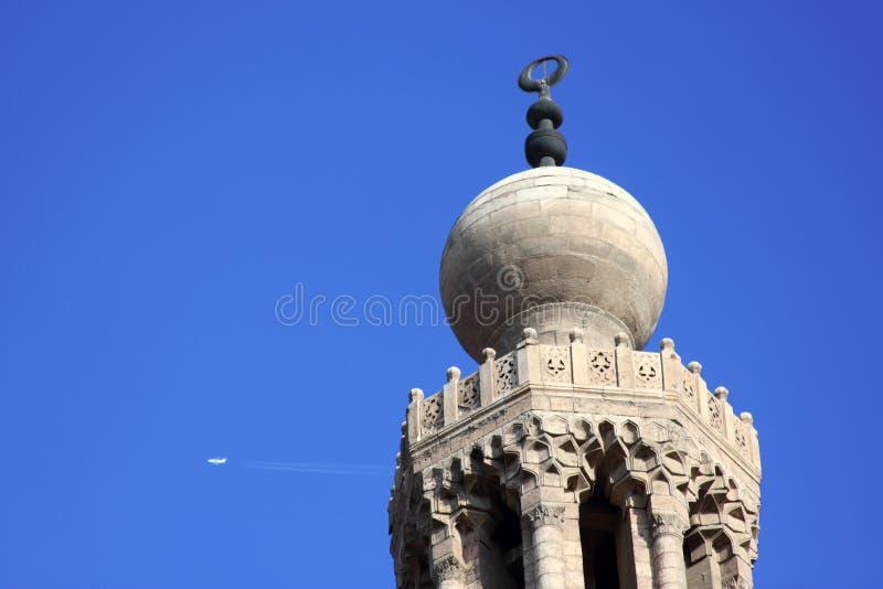 有喷气机转换轨迹的清真寺在埃及 免版税库存照片