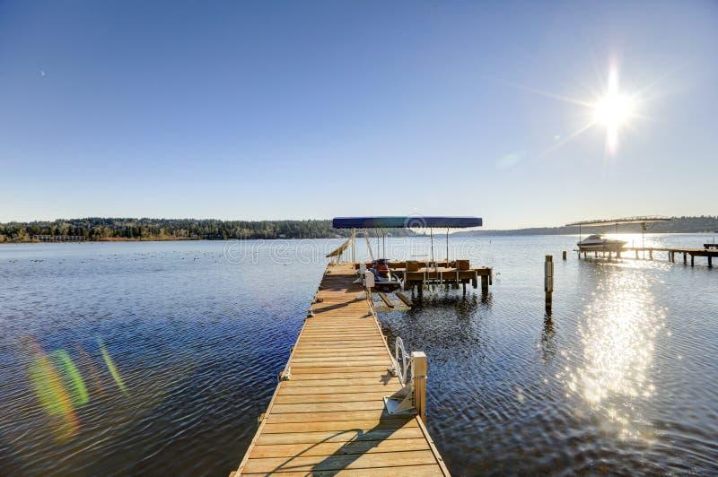 有喷气机滑雪吊车和报道的小船推力的,华盛顿湖私有船坞 免版税图库摄影