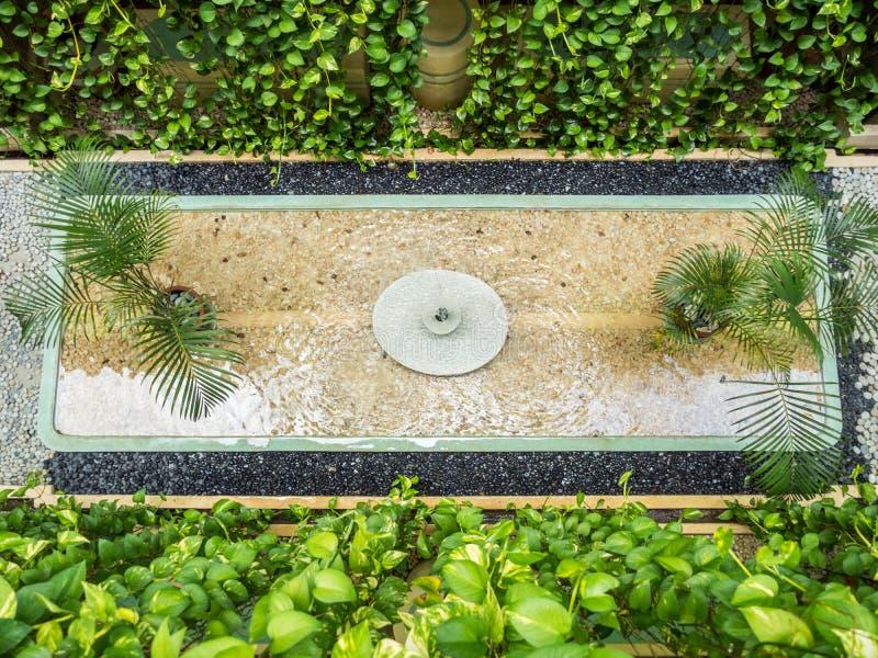 有喷泉的巴厘语庭院 免版税库存照片