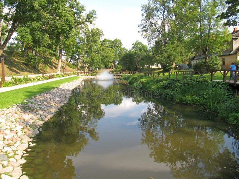 有喷泉的池塘在库尔迪加。拉脱维亚 免版税库存照片