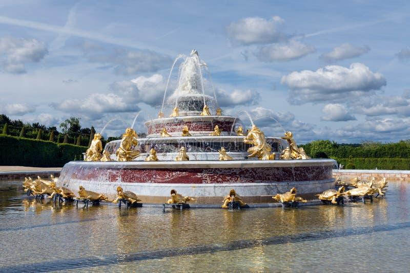 有喷泉的装饰池塘在庭院宫殿凡尔赛巴黎 免版税库存照片